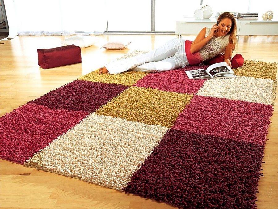 девушка на ковре
