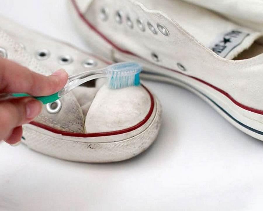 Чистка обуви зубной щеткой
