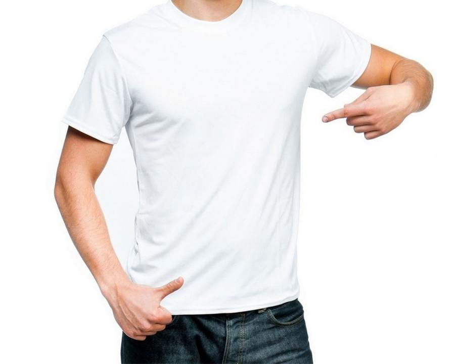 Молодой мужчина в белой футболке
