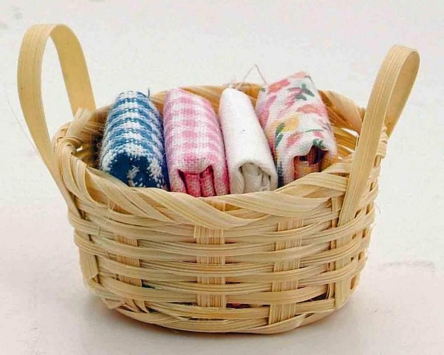 Чистые полотенца в корзине