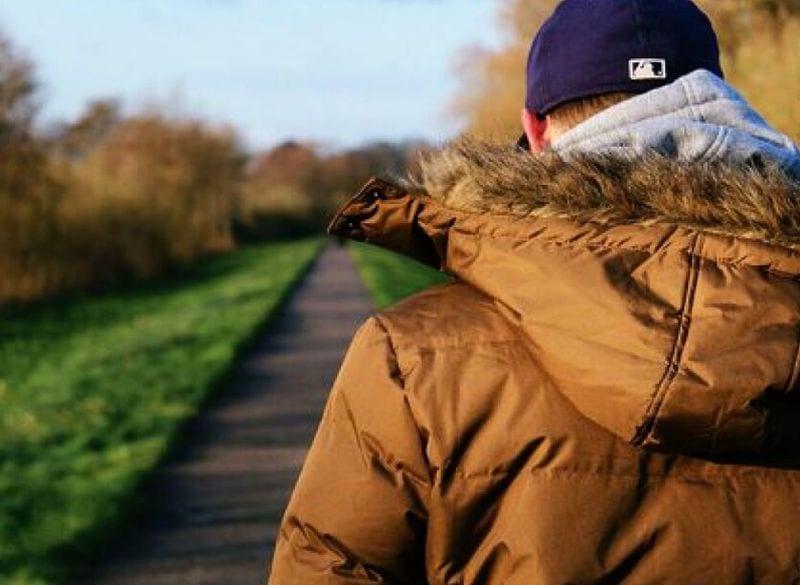 мужчина в куртке