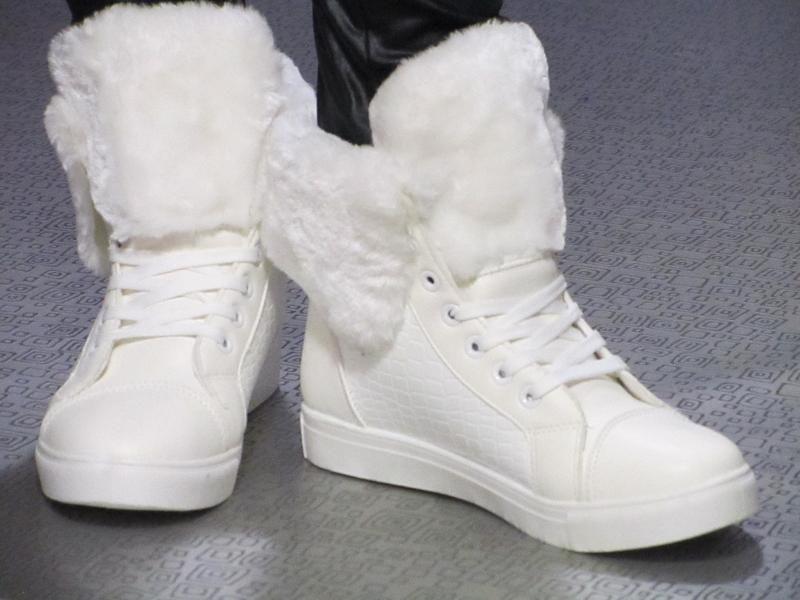 Ботинки с белым мехом