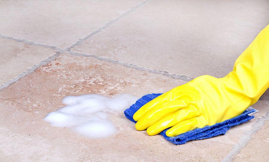 Очищение плитки на полу