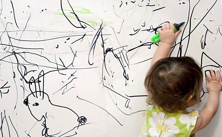 Ребенок рисует на обоях