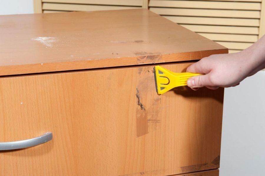 клей от скотча на шкафу