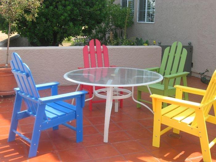 Цветные стулья на веранде